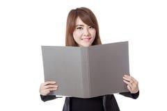 Asiatischer Büromädchengriff ein Ordner und ein Lächeln Lizenzfreie Stockbilder
