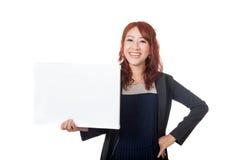 Asiatischer Büromädchenstand mit den Armen in die Seite gestemmt und einem leeren Zeichen Lizenzfreies Stockbild