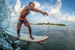 Asiatischer Berufssurfer reitet den Meereswogen Lizenzfreies Stockbild