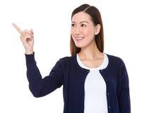 Asiatischer Blick der jungen Frau auf den Finger Stockfotos