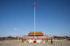 Asiatischer Chinese, das Tiananmen Podium Pekings, die Staatsflagge stockfotografie