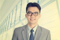 Asiatischer chinesischer Geschäftsmann der im altem Stil Mode der Weinlese Stockfoto