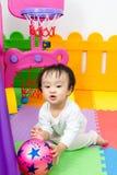 Asiatischer chinesischer kleiner Junge, der Basketball spielt Lizenzfreie Stockfotografie