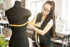 Asiatischer Designer Working in der sonnenbeschienen Atelier-Werkstatt Lizenzfreies Stockbild