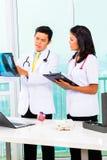 Asiatischer Doktor und Krankenschwester in der Chirurgie Lizenzfreie Stockfotografie