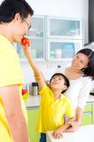 Asiatischer Familien-Küchen-Lebensstil stockbild