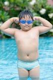 Asiatischer fetter Junge, der ihm Muskel zeigt Stockfotografie