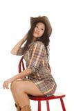 Asiatischer Frauen-Plaidhut-Stuhlblick zurück stockfotografie