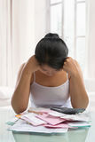 Asiatischer Frauendruck über Rechnungen Stockfoto