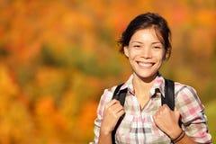 Asiatischer Frauenwanderer, der im Herbstwald wandert Lizenzfreie Stockfotos