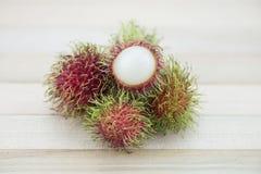 Asiatischer Frucht Rambutan auf hölzernem Hintergrund Lizenzfreie Stockbilder