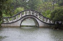 Asiatischer Garten mit traditioneller Bogenbrücke Stockbild