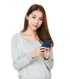 Asiatischer Gebrauch der jungen Frau von dem Handy für Textnachricht Stockfotografie