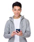 Asiatischer Gebrauch des jungen Mannes des Mobiltelefons Lizenzfreies Stockbild