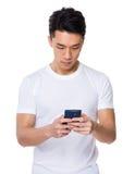 Asiatischer Gebrauch des jungen Mannes des Smartphone Stockbild