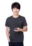 Asiatischer Gebrauch des jungen Mannes von dem Handy Lizenzfreies Stockfoto