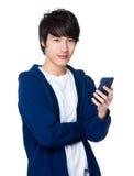 Asiatischer Gebrauch des jungen Mannes von dem Handy Stockfoto