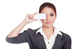 Asiatischer Geschäftsfrauabschluß ihr Auge mit einem leeren Auto Stockfoto