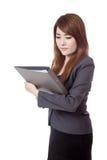 Asiatischer Geschäftsfraublick auf einen Ordner Stockfoto