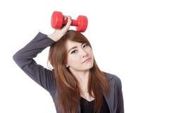Asiatischer Geschäftsfraugriff ein Dummkopf über ihrem Kopf Stockfotografie