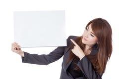Asiatischer Geschäftsfraupunkt und -blick auf ein leeres Zeichen Stockfotografie