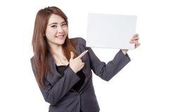 Asiatischer Geschäftsfraupunkt zu einem leeren Zeichen Lizenzfreies Stockbild