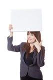 Asiatischer Geschäftsfraupunkt zu einem leeren Zeichen obenliegend Stockfotos