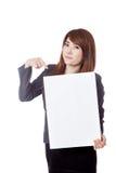 Asiatischer Geschäftsfraupunkt zu einem vertikalen leeren Zeichen Stockbild