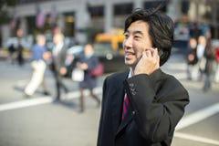 Asiatischer Geschäftsmann, der auf Mobiltelefon spricht Stockbilder
