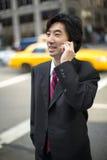Asiatischer Geschäftsmann, der auf Mobiltelefon spricht Lizenzfreies Stockbild