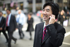 Asiatischer Geschäftsmann, der auf Mobiltelefon spricht Stockfotos