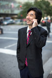 Asiatischer Geschäftsmann, der auf Mobiltelefon spricht Lizenzfreie Stockfotos