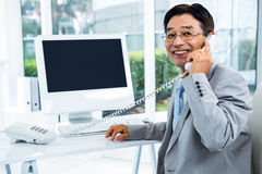 Asiatischer Geschäftsmann, der einen Telefonanruf macht Lizenzfreie Stockfotos