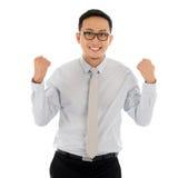 Asiatischer Geschäftsmann, der Erfolg feiert stockfotografie