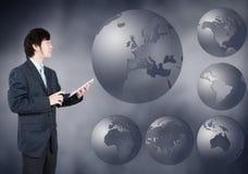 Asiatischer Geschäftsmann, der Europa-Kontinent, Geschäftskonzept von wählt lizenzfreie stockfotos