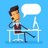 Asiatischer Geschäftsmann, der am Schreibtisch sitzt und am Telefon spricht Lizenzfreies Stockbild