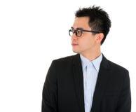 Asiatischer Geschäftsmann, der Seite betrachtet Stockfoto