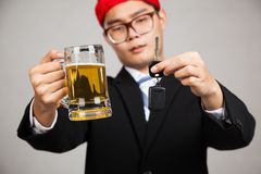 Asiatischer Geschäftsmann entscheiden Getränk oder fahren Stockbild
