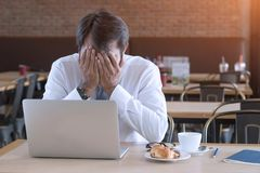 Asiatischer Geschäftsmann frustriert auf seiner Arbeit und aus Steuerung heraus lizenzfreie stockbilder