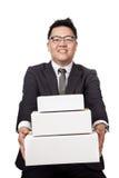 Asiatischer Geschäftsmann geben 3 Kasten und Lächeln Lizenzfreie Stockfotografie