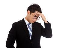 Asiatischer Geschäftsmann hat Grippe, Fieber, Kopfschmerzen Stockfotografie