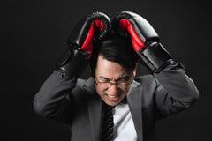 Asiatischer Geschäftsmann im ernsten Fungieren der Klage stockfotografie