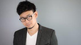 Asiatischer Geschäftsmann im schwarzen Anzug mit grauem Hintergrund stockfotos