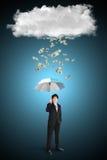 Asiatischer Geschäftsmann mit Regenschirm und Dollar, der von der Wolke fällt Lizenzfreies Stockbild