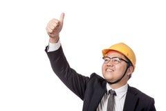 Asiatischer Geschäftsmann mit den gelben Hardhatdaumen up und lächeln Lizenzfreie Stockfotografie