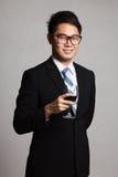 Asiatischer Geschäftsmann mit Glas Rotwein Stockfoto