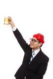 Asiatischer Geschäftsmann mit rotem Weihnachtshutbeifall mit Becher der Biene Lizenzfreie Stockfotos