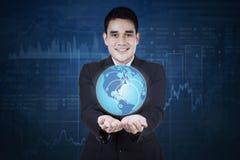 Asiatischer Geschäftsmann mit Symbol des Sozialen Netzes stockbilder