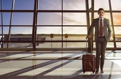 Asiatischer Geschäftsmann tragen das Kofferlächeln Lizenzfreie Stockbilder