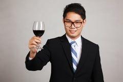 Asiatischer Geschäftsmannbeifall mit Glas Rotwein Stockfotografie